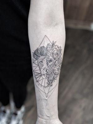 #marlenelecidre #tatouages #ta2 #tattoist #tattooartist #tattooart #art #arm #armtattoo #forearmtattoo #lion #liontattoo #floraltattoo #geometrictattoo #geometry #fineline #fineart #eyes