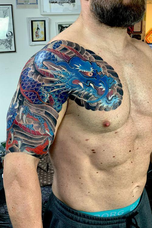 Swipe→  All by hand. Traditional Japanese half sleeve tattoo. Sei Ryu  総手彫り 控え五分 青龍 @kurosumitattooink #kurosumi #kurosumiink #kurosumitattooink ・ appointment via e-mail kensho@japantattoo.net ・ ・ ・ ・ #machinefreetattoo #tebori #handpoke #horimono #irezumi #japantattoo #japanesetattoo #japaneseirezumi #wabori #traditionaltattoo #japaneseart #inked #tattoo #tattoos #tattoolife #irezumicollective #tattooartisan #tattooedguys #tatuaje #手彫り #刺青 #dragontattoo  #japaneseart #amsterdamtattoo #amsterdam