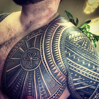 Chest tattoo by Michael Fatutoa #MichaelFatutoa #Haida #Polynesian #Maori #Maoritattoos #tamoko #marquesantattoo #tribaltattooing #blackwork #tribal #neotribal #patterns #linework #geometric #chest #shoulder #upperarm #sanddollar