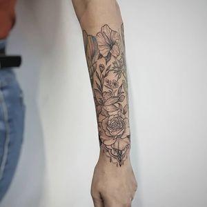 Flores da Luana!! Agora sim o braço da nossa amiga Luana tá quase fechado! 😍 Valeu demais pela confiança!!! Faça já seu orçamento! (62) 9 9326.8279 #tattoo #ink #blackwork #tattoolife #Tatuadouro #love #inkedgirls #Tatouage #eletricink #igtattoo #fineline #draw #tattooing #tattoo2me #tattooart #instatattoo #tatuajes #blackink #floral #fineline #rose #rosestattoo #pequi #Goiania #womantattoo #neotraditionaltattoo #tatuagemfeminina #flowerstattoo