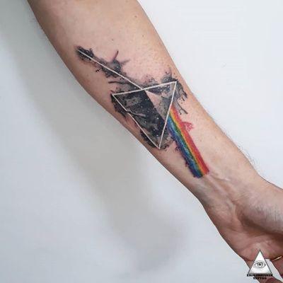 Trabalho autoral que curti muito fazer. Marca quem você acha que curtiria ter uma tatuagem assim. Informações e orçamentos através do Whatsapp: (11)9.9377-6985 . . . . . . #ericskavinsktattoo #watercolortattoo #tatuagemaquarela #prisma #pinkfloydtattoo #pinkfloyd #colortattoo #tatuagemcolorida #arte #tatuagem #inked #tattoo #tatuaje #galaxy #picoftheday #love #smile #work #artista #alphavilleearredores #alphaville #rock #classicrock #rockclassico #tattoo2me #equilatera #tattoopins #tattsketches @easyglowpigments #easyglowpigments