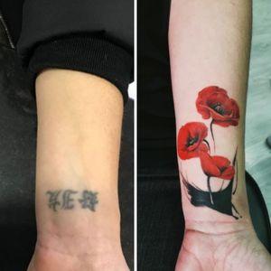 #tattooartist #tattooflores #tattooflower #papoulas #coverup #coveruptattoo #cobertura #tattoofeminina #tattoocolorida #florescoloridas #dorarocha #dorarochatattoo
