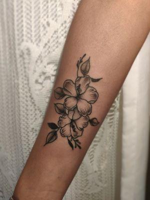 Floral com amor • • Orçamentos e criações   WhatsApp (11)975855055 • • • • • • • #flowertattoos #floraltattoo #tattoo #tattoodelicada #tattoosp #tatuagemdelicadas #tattoofloral #tatuagem #finelinetattoos #sptattoo #sp #flower #floral