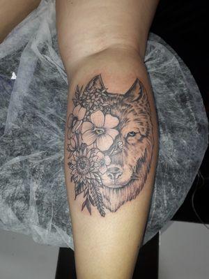 Trabalho realizado cliente Karina #tattoofineline #tattooartistmagazine #tattoofeminina #cwbtattoo #tattooblackwork #tattooflowers #tattoolobo #tattoosombreada