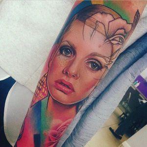 Twiggy tattoo by Freddie Albrighton #FreddieAlbrighton #Twiggy #twiggytattoos #modeltattoos #fashionmodel #model #fashion #1960s #60s #portrait #portraittattoos #realism #color #forearm #arm
