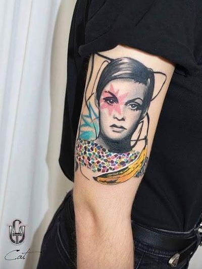 Twiggy tattoo by Katerina Kontodima #KaterinaKontodima #Twiggy #twiggytattoos #modeltattoos #fashionmodel #model #fashion #1960s #60s #portrait #portraittattoos #popart #graphicart #banana #flower #upperarm #arm