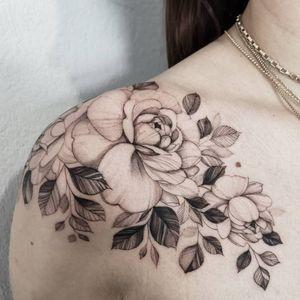 Flower #finelinetattoo #flowertattoo #peonytattoo #girlytattoo #blackwork #dotworktattoo #flowers