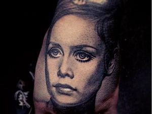 Twiggy tattoo byNikko Hurtado #NikkoHurtado #Twiggy #twiggytattoos #modeltattoos #fashionmodel #model #fashion #1960s #60s #portrait #portraittattoos #realism #handtattoo #hand #blackandgrey
