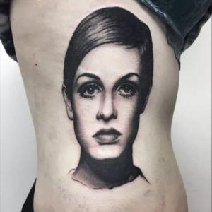 Twiggy tattoo by Matt Hunt #MattHunt #Twiggy #twiggytattoos #modeltattoos #fashionmodel #model #fashion #1960s #60s #portrait #portraittattoos #side #ribs #blackandgrey #realism