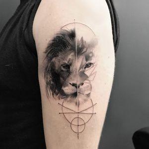 Lion réalisé part @naokotattoo  #blackandgray #tattoo #minimaltattoo #graphictattoo #organictattoo #blackandgrey #blacktattoo #blackwork #fineline #tattoos #lion #liontattoo #naokotattoo