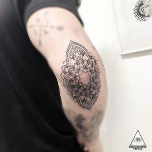 Mandala nossa de cada dia. Marque aqui quem também curte mandalas. . . Informações e orçamentos: (11)9.9377-6985 . . . . #ericskavinsktattoo #mandala #mandalas #arte #tattoo #inked #work #ipad2018 #linetattoo #lineworktattoo #linhafina #fineline #tattoo2me #tatuadorbrasileiro #tatuagem #alphavilleearredores #alphaville #tattsketches #tattoopins #follow4followback #like4like #picoftheday #mandalatattoo #positividade #gratidao #goodvibes