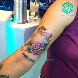 "[BICEPS TATTOO] Composición ""Taza de té"" Estilo Neo tradicional Full color. Diseño propio personalizado Una sesión Artista: FB/INSTA: @jaime.sxe #SkylineStudio #Tattoo #CreateYourself"