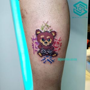 "[SIDE LEG TATTOO] ""Osito Jugón"" Estilo Ilustración. Full color. Diseño propio personalizado Artista: FB/INSTA: @jaime.sxe #SkylineStudio #TattooCoverUp #CreateYourself"