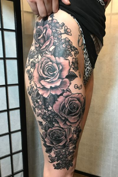 Flowers on a thigh, black and gray #thightattoo #roses #blossoms #floraltattoo #flowertattoo #feminine #cherryblossom #girlswithtattoos #blackandgrey