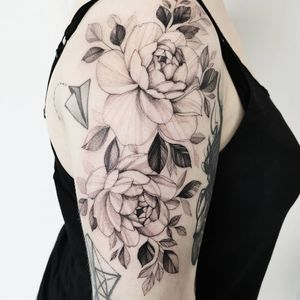 #flowers #flowertattoo #peonytattoo #girlytattoo#blackwork #inkedmag #finelinetattoo #3rl #rosetattoo