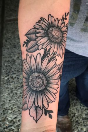 Sunflowers #sunflowertattoo #blackwork #black #whipple #stipple #whipshade #dots #flowertattoo #sunflower #girlswithtattoos #keepitsimple