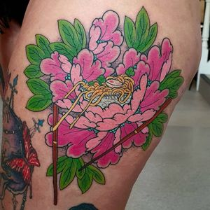 Ramen noodles tattoo by Elliott J Wells #ElliottJWells #ramentattoos #ramennoodles #noodletattoo #foodtattoo #ramen #Japanese #peony #flower #floral #neojapanese #color #chopsticks #egg #upperleg #leg
