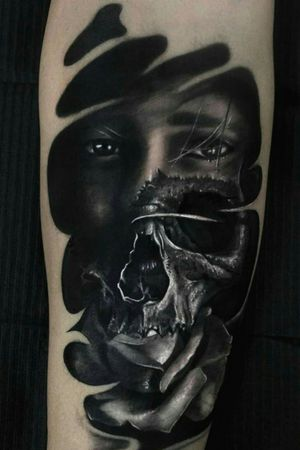 Surreal face tattoo.. #skulls #skulltattoo #tattooart #portraittattoo #art #arte #tatuaje #tatuaggiorealistico #tatuaggiorealistico #blackandgreytattoo #blackandgrey #blackAndWhite #surreal #surrealtattoo