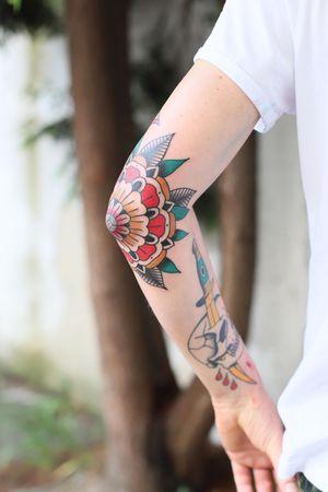 Elbow action #patrykhilton #elbow #elbowtattoo #geometricflower #mandala