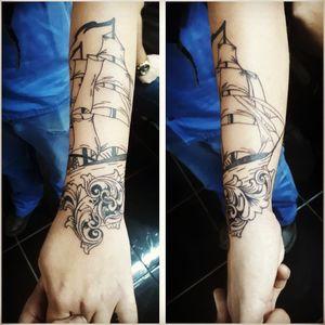 Tattoo barco com arabesco.