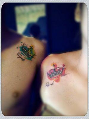 #watercolortattoo #Colors #Crowntattoo #coupletattoos #ozgarcia #inkmemoriam  Piezas de 7x6 cm, Coronas en Acuarela, realizado por Oz Garcia Pieces of 3' x 2 1/2' , Whatercolor Crowns, made by Oz Garcia Ink Memoriam @ Ink Memoriam Tattoo Studio