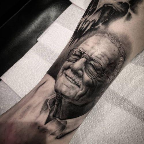 Small Stan Lee portrait #tattoo #ink #portait #portraittattoo #blackandgrey #smalltattoo #realistic #realism #realismtattoo #grey #london #londontattoo
