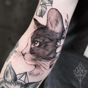 Cat tattoo by Miriam Andrea #MiriamAndrea #cattattoos #cattattoo #cat #kitty #cute #animal #petportrait #pet #blackandgrey #illustrative #linework #flower #arm