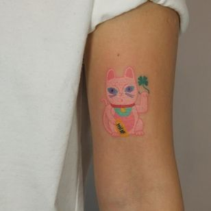 Cat tattoo by Yaroslav Putyata #YaroslavPutyata #cattattoos #cattattoo #cat #kitty #cute #animal #petportrait #pet #arm #luckycat #fourleafclover #color #stickandpoke #handpoke