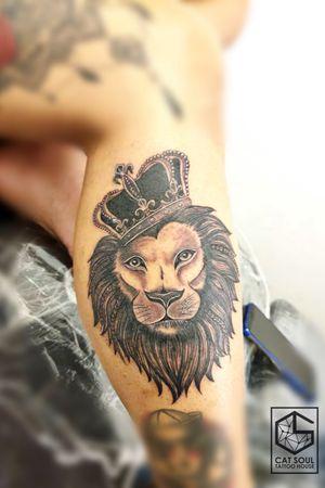 #malaysia #malacca #dataranpahlawan #catsoultattoo #tattoo #tattoos #ink #inks #tattooideas #tattoostyle #legtattoo #inktattoo #lion #liontattoos #crown #crowntattoo #realismtattoo #blackandgreytattoo  hakuna matata❤