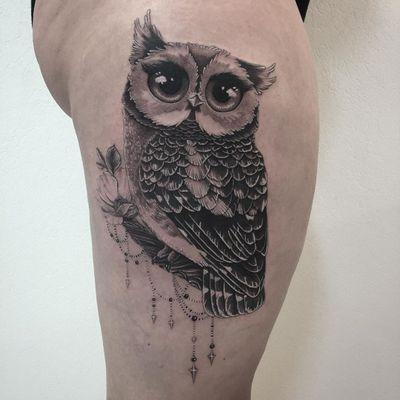 Cute tattoo by LesPetitsPointsDeFanny #LesPetitsPointsDeFanny #cutetattoos #cute #sweet #tattoosforgirls #tattoosforwomen #tattooideas #cooltattoos #love #leg #blackandgrey #owl #bird #feathers #ornamental