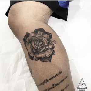 Saindo do conforto, e fazendo um realismo preto e cinza. E aí, curtiram? Fariam uma assim também? Informações e orçamentos: (11)9.9377-6985 . . . . . #ericskavinsktattoo #rosetattoo #tatuagemrosa #tatuagemsombreada #tatuagemrealista #blackworktattoo #blackandgray #flowertattoo #tatuagemflores #fineline #linhafina #alphaville #alphavilleearredores #centrocomercialalphaville #tattoo2us #tattoo2me