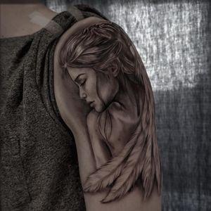 Lady portrait tattoo by Jones Larsen #JonesLarsen #LacunaTattoo #realism #realistic ##mashup #tattoodoapp #tattooartist #tattooidea #cooltattoo #copenhagen #denmark #blackandgrey #portrait #lady #feathers #arm