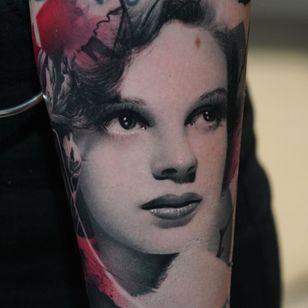 Judy Garland tattoo by Thomas Carli Jarlier #ThomasCarliJarlier #realismtattoo #realismtattoos #realism #realistic #hyperrealism #tattooideas #judygarland #portrait #lady #arm