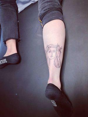 Un tattoo dune œuvre de Picasso légèrement revisitée #tattooparis #fgf #picajo #picasso #picassotattoo #asasauce #tracé #crownflower #hippie #crown #vans #vansoldskool #classicos #skater #finetattoo #oldschoolflow #rotarytattoomachine #calve #calvetattoo #tattoomollet #achille #tendondachille