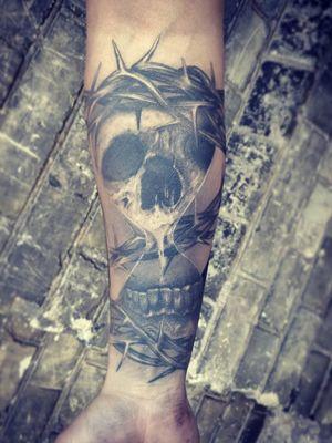 done one year ago/healed #skull #skulltattoo #clocktattoo #sandclock #sandclocktattoo #blackngrey #blackngreytattoo #tattoodo #kwadroncartridges