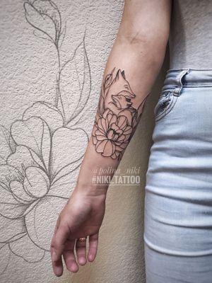 Instagram @polina_niki #tattoospb #spbtattoo #foxtattoo #tattoofox #fox #flowerstattoo #tattooflowers #minitattoo #tattoomini #linetattoo #niki_tattoo
