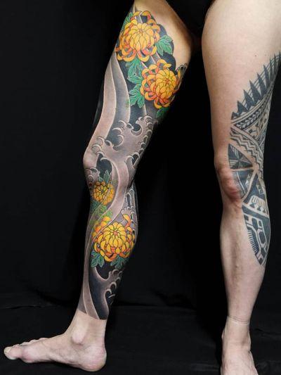 Sleeve tattoo by Ichi Hatano #IchiHatano #sleevetattoos #legsleeve #armsleeve #sleeve #fullsleeve #halfsleeve #tattooidea #japanese #irezumi #chrysanthemum #wave #water