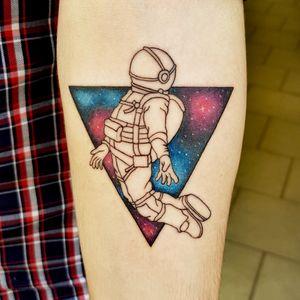 Astronauta stilizzatto su universo a colori triangolare