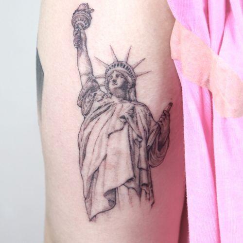 all with singleneedle #statuetattoo #statueofliberty #statueoflibertytattoo #blackandgrey #nyctattoo #tattooed #finelinetattoos