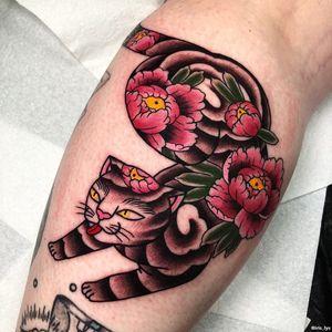 Female Tattooers - Cat tattoo by Iris Lys #IrisLys #FemaleTattooers #ladytattooers #ladytattooartist #femaletattooartist #cattattoo #cat #peony #leg