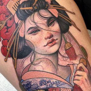 Female Tattooers - Geisha tattoo by Hannah Flowers #HannahFlowers #FemaleTattooers #ladytattooers #ladytattooartist #femaletattooartist #Artnouveau #geisha #japanese #portrait #painterly #leg