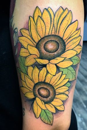Fun sunflowers i got to do! #neotraditional #neotrad #neotradtattoos #flowers #sumflowers #sunflower #sunflowertattoo #color #colortattoo