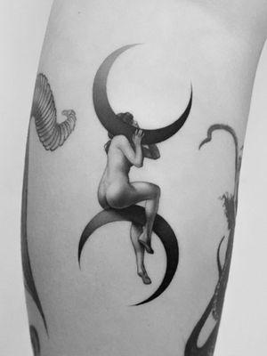 Good tattoo design by Pawel Indulski #PawelIndulski #goodtattoodesigns #goodtattoodesign #tattoodesign #besttattoo #lady #pinup #moon #crescentmoon #blackandgrey #leg