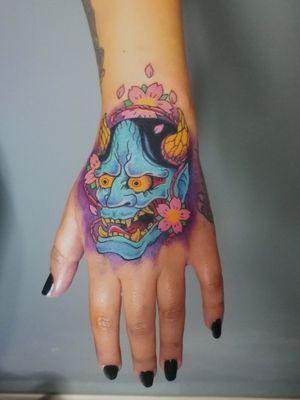 Hannya. Ya tenía ganas de hacer algo en las manos. Cotizaciones a mi whats 2223605806 y DM 🤘🏻🤓 #hannya #handtattoo #japanese #japones #sakura #japon #colortattoo #demon #demonio #tatuaje #tattoo #inkedgirls #tattooedgirls #womenwithink #HybridoKymera #puebla #mexico #clientasaguantadoras #tatuadoresmexicanos #tatuadorespoblanos #pueblacity #hechoenmexico #madeinmexico #tatuadoresmx #mexicotattoo #mexicanpowertattoo #tattoodo #pueblatattoo #tattooinklatino #artinkstasmx @radiantcolorsink @fkirons @secondskinmx