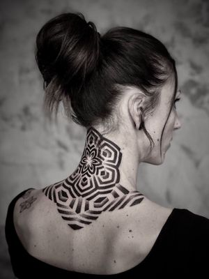 Merci Jennifer ! Bon retour ! La bise à Marseille ! 🤘 Fait à @lombredemarueatelier ———————- #noksi #noksitattoo #dotworktattoo #dotwork #fulldotwork #geometrichaos #geometrictattoo #sacredgeometry #ornamentaldotwork #bordeauxtattoo