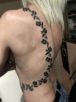 #tattoosforwomen #tattoosforgirls #flowertattoos #sexytattoo #budapesttattoo #IllustrativeTattoo @deadponytattoo