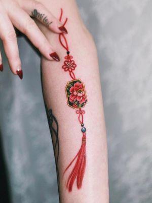 Red peony norigae flowing on her arm #tattoo #norigaetattoo #fantattoo #peonytattoo #colortattoo #flowertattoo #tattooistsion