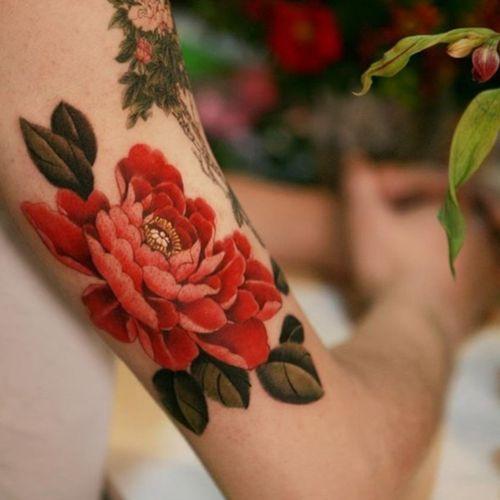 Red peony blooming on his arm #tattoo #norigaetattoo #fantattoo #peonytattoo #colortattoo #flowertattoo #tattooistsion