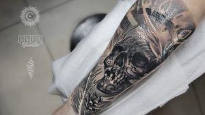 No need to be boring. This artist loves skulls 🖤 Work by WANDAL For bookings and enquiries : saint.wandal@gmail.com #skull #skulltattoo #armtattoo #londontattoos #londontattooartist #tattoolondon #pinecone #wandal #blackandgreytattoo #blackandgreyrealism