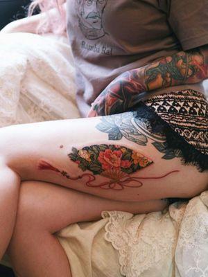 Peony fan of red strings flowing on her leg #tattoo #norigaetattoo #fantattoo #peonytattoo #colortattoo #flowertattoo #tattooistsion